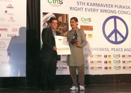 Pradeep nath accepting the 5th annual Karmaveer award