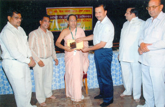 Bhagwan Das receiving award